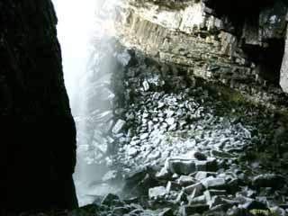 Au pied de la cascade du Deroc
