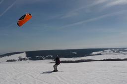 Snowkite sur le plateau de l'Aubrac